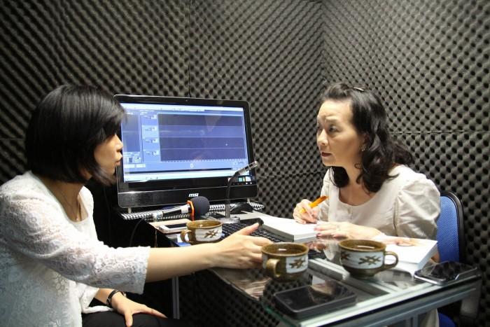 童嵩珍於網路電台錄音現場